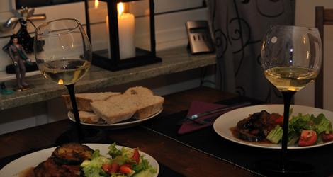 Marina Sirtis's Eggplant Casserole med sallad, bröd och vin