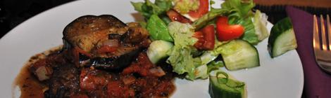 Marina Sirtis's Eggplant Casserole med sallad till