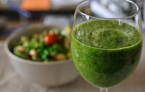Grön smoothie av selleri, persilja och kiwi