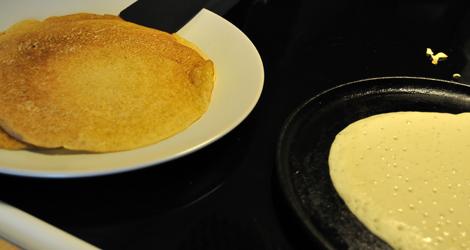 En pannkaka som steks och några som är klara