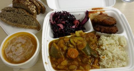 Grönsaksbiff, gryta, ris, rödkålssallad, bröd och soppa.