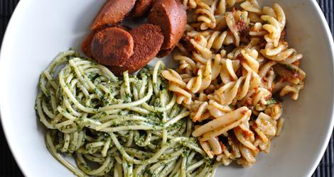 Två sorters pasta med två sorters pesto och en sorts chorizo