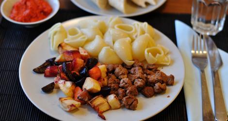 Rökiga soyagrytbitar med ugnsbakade rotsaker, pasta, ajvar och vitlöksbröd