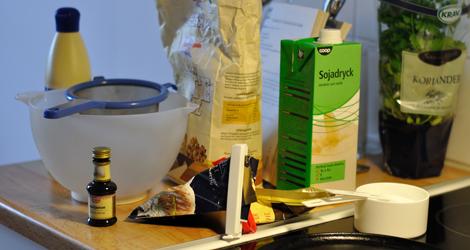 Nästan alla ingredienser till pannkakorna (och lite koriander för dekoration)