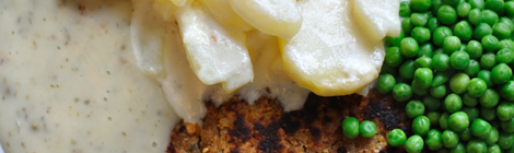 Krämig potatisgratäng med kikärtskotlett, grönpepparsås och ärtor