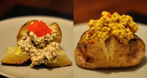 Bakad potatis med skagenröra till vänster och curryröra till höger