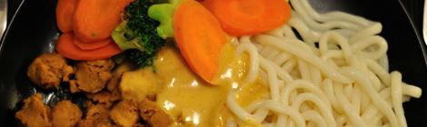 Jordnötsmarinerade soyagrytbitar med udon nudlar och jordnötssås