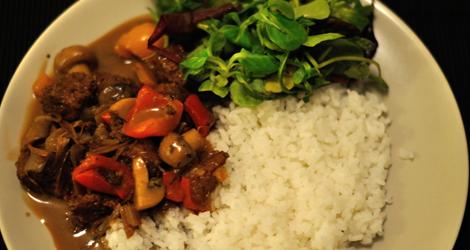 Gryta med kinafärs med ris och sallad