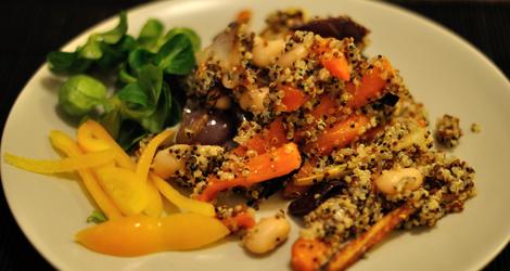Quinoasallad med rostade rotsaker och marinerade bönor