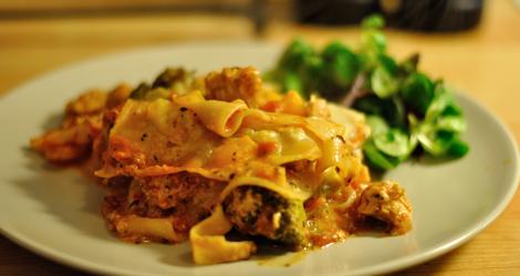 Lasagne med soyagrytbitar och broccoli