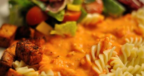 Het pastasås på rostad paprika med pasta, tofu och grönsallad