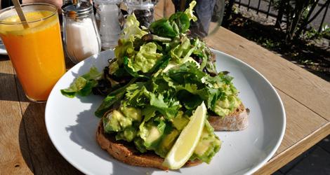 Frukostmacka med avocado och mycket sallad