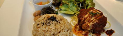 Burgare med ris och tillbehör