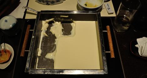 Färsk tofu som kokade på värmeplatta under tiden vi åt
