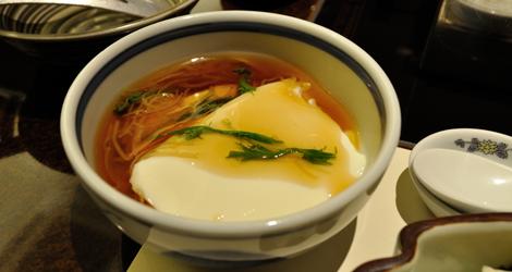 Den färska tofun med sås och grönsaker