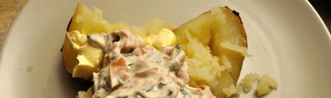 Bakad potatis med röra med rökt f*sk