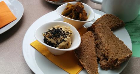 Bröd med hummus och starka grönsaker