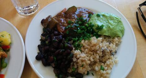 Mexikanska grönsaker, marinerade bönor, vildris och avocadokräm