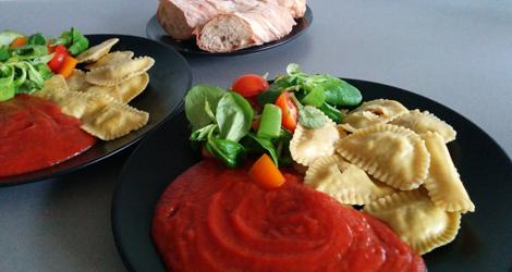 Pasta fylld med tomat, basilika och seitan serverat med pastasås, sallad och baguette